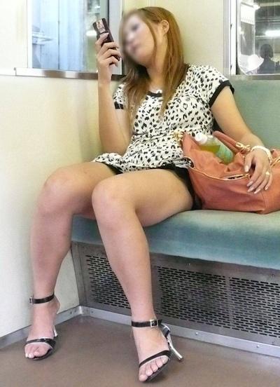 電車内で隠し撮りした素人女性の脚画像 26