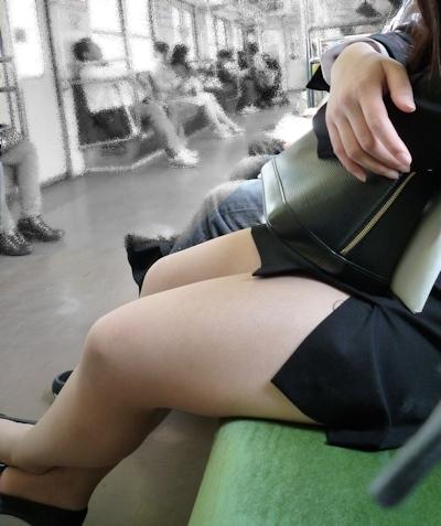 電車内で隠し撮りした素人女性の脚画像 27