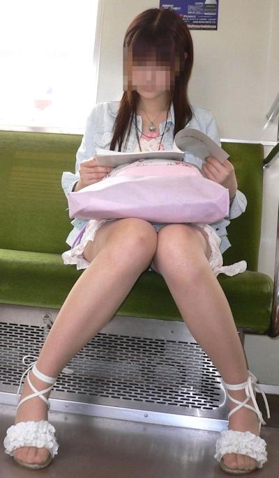 電車内で隠し撮りした素人女性の脚画像 28