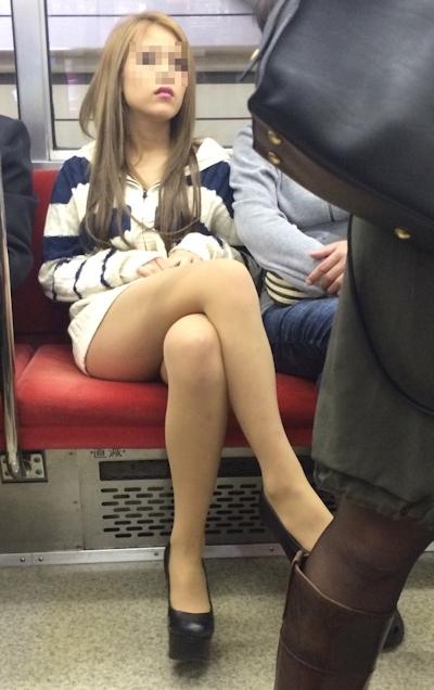 電車内で隠し撮りした素人女性の脚画像 30