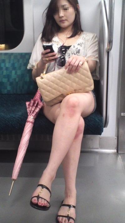 電車内で隠し撮りした素人女性の脚画像 32