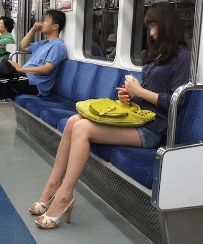 電車内で隠し撮りした素人女性の脚画像 36