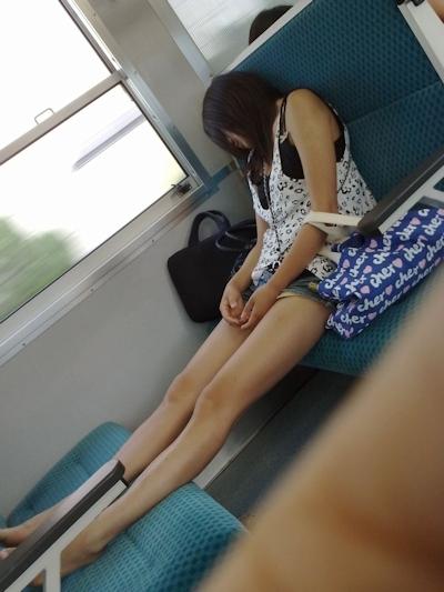 電車内で隠し撮りした素人女性の脚画像 38