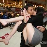 バレンタインデーに中国各地でキスイベント