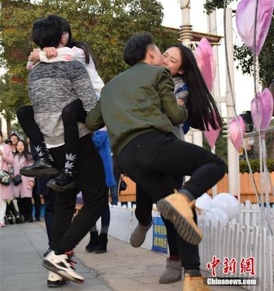 バレンタインデーに中国各地でキスイベント 1