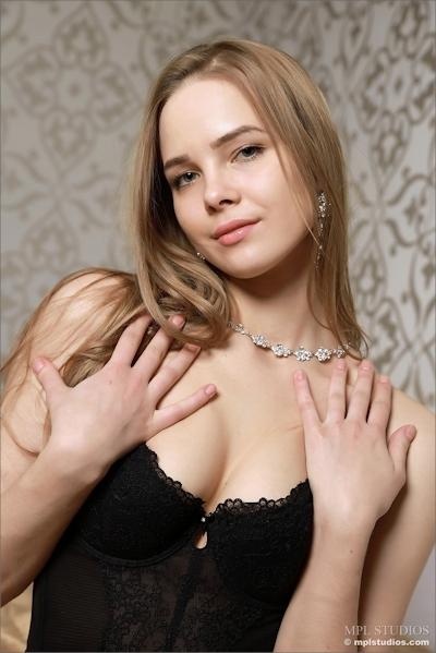ロシア美女 Carolina セクシーヌード画像 1