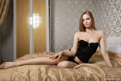 ロシア美女 Carolina セクシーヌード画像 2