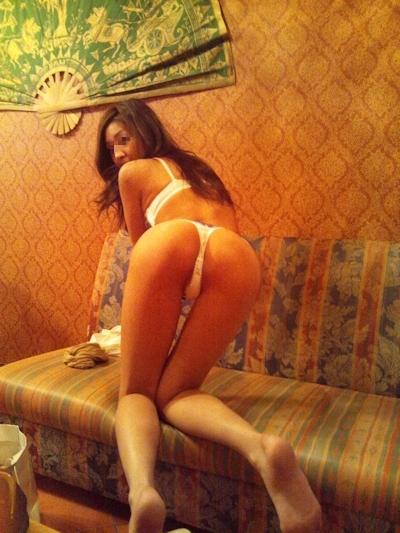 美脚で美尻なスレンダー美女が野外露出プレイで触られてる画像 2