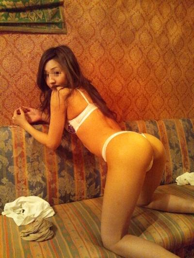 美脚で美尻なスレンダー美女が野外露出プレイで触られてる画像 3