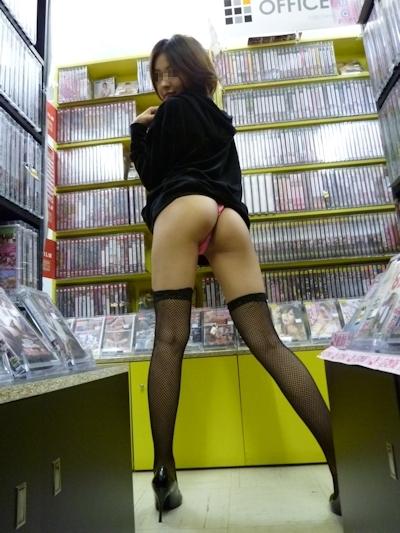 美脚で美尻なスレンダー美女が野外露出プレイで触られてる画像 6