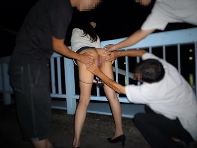 美脚で美尻なスレンダー美女が野外露出プレイで触られてる画像 14