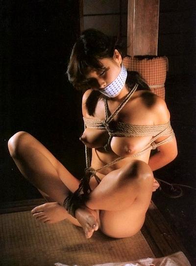 美女の緊縛・拘束ヌード画像 14