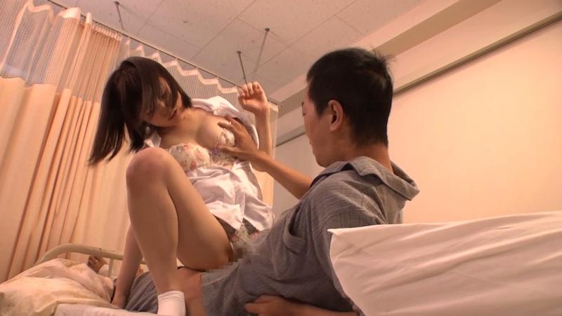 美人看護師に勃起したチンポを見られてお願いしたら挿入させてくれた画像 7