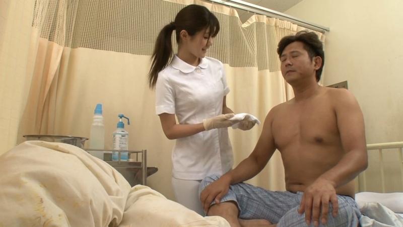 美人看護師に勃起したチンポを見られてお願いしたら挿入させてくれた画像 20