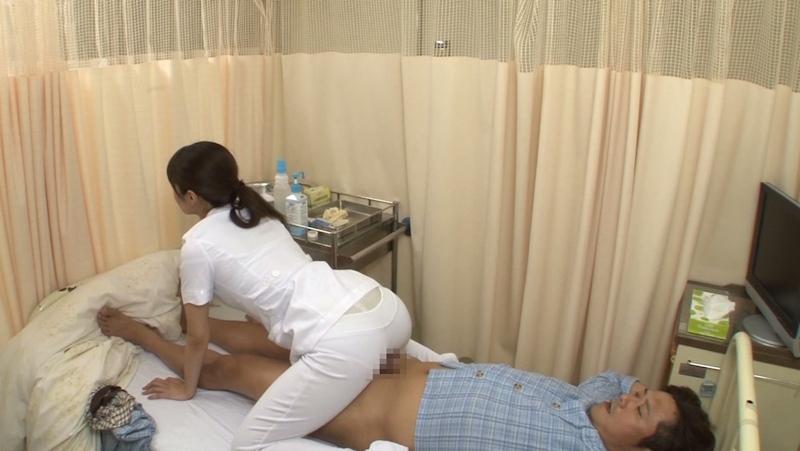 美人看護師に勃起したチンポを見られてお願いしたら挿入させてくれた画像 21