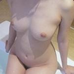 美乳な女性の入浴ヌード画像