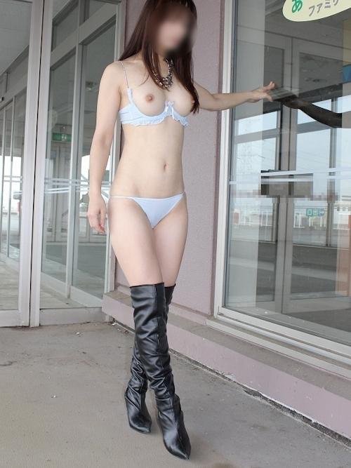 美乳な素人女性の野外露出ヌード画像 5