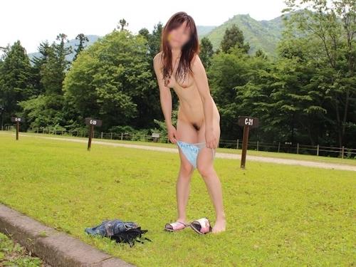 美乳な素人女性の野外露出ヌード画像 13