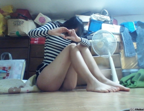 乳輪の大きな韓国の黒髪少女の自分撮りヌード画像 2