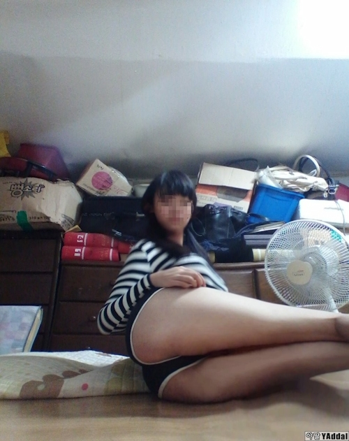 乳輪の大きな韓国の黒髪少女の自分撮りヌード画像 3