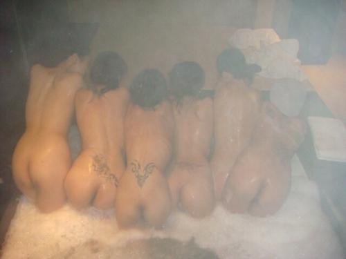 温泉で集団で撮影した素人女性のヌード画像 3