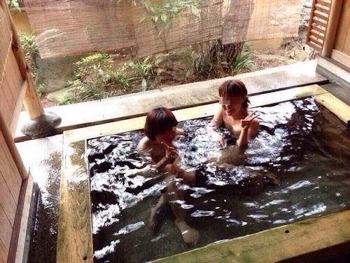 温泉で集団で撮影した素人女性のヌード画像 6