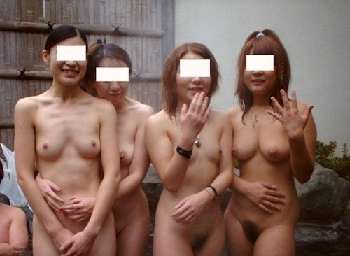 温泉で集団で撮影した素人女性のヌード画像 23