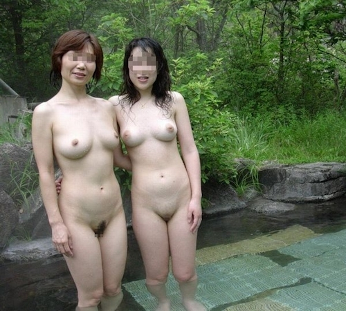 温泉で集団で撮影した素人女性のヌード画像 28