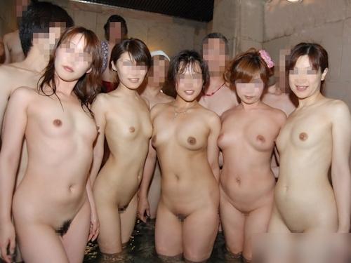 温泉で集団で撮影した素人女性のヌード画像 29