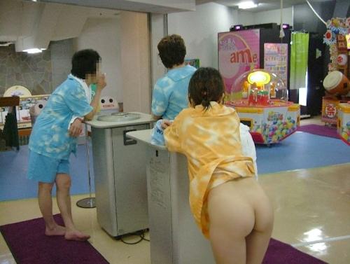 スパリゾートで露出プレイしてる美乳な素人女性のヌード画像 1