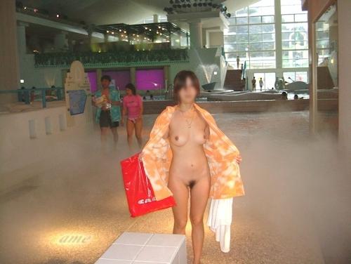 スパリゾートで露出プレイしてる美乳な素人女性のヌード画像 4
