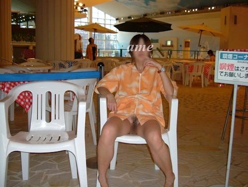 スパリゾートで露出プレイしてる美乳な素人女性のヌード画像 5