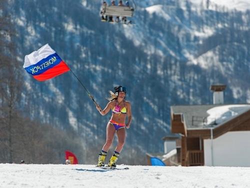 ロシアで水着姿の1200人がゲレンデに集まりギネス記録 9