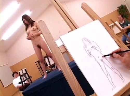 ヌードデッサンモデルをしている女性のヌード画像 4
