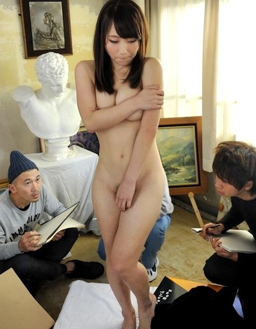ヌードデッサンモデルをしている女性のヌード画像 7