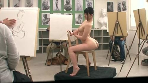 ヌードデッサンモデルをしている女性のヌード画像 16