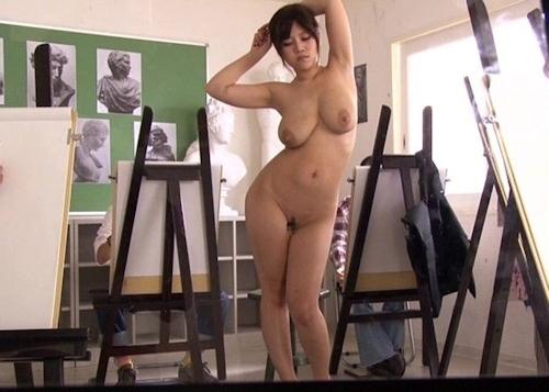 ヌードデッサンモデルをしている女性のヌード画像 19