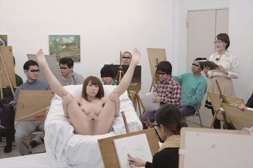 ヌードデッサンモデルをしている女性のヌード画像 27