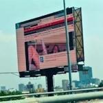 メキシコで大型ビジョンがハッキングされてポルノ映像を流される
