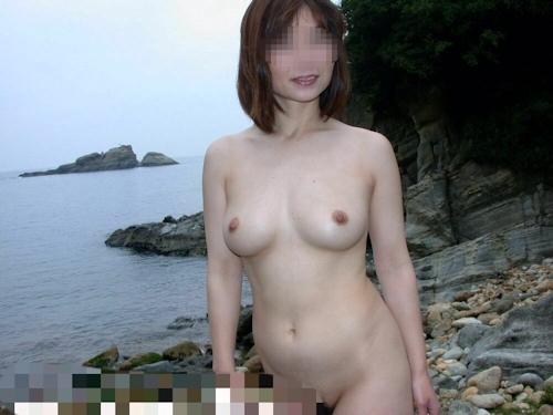 美乳な日本の素人女性を露天風呂で野外露出ヌード画像 4