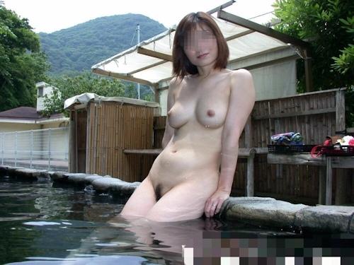 美乳な日本の素人女性を露天風呂で野外露出ヌード画像 5