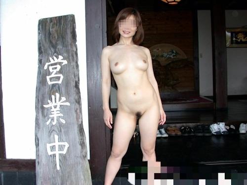 美乳な日本の素人女性を露天風呂で野外露出ヌード画像 7