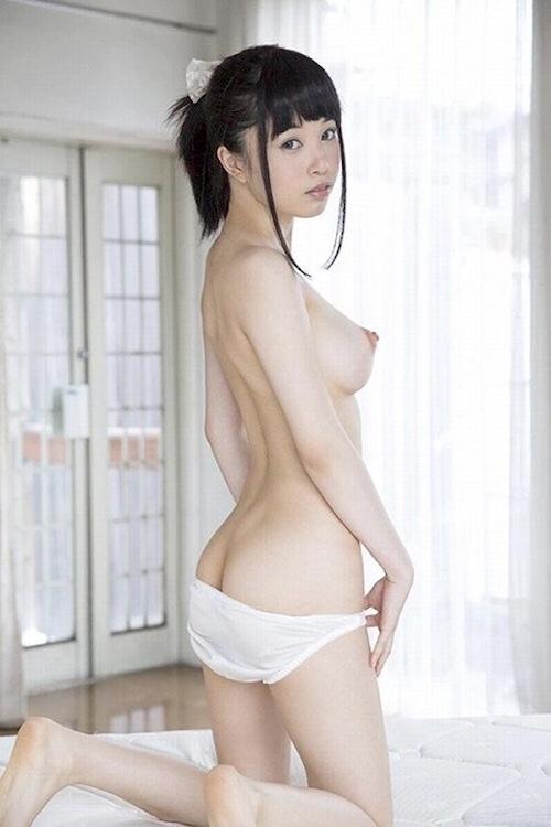 ポニーテールの美少女のヌード画像 12