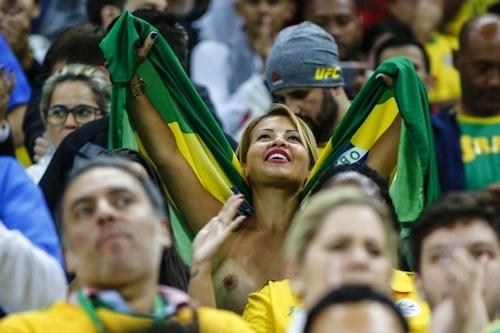 ブラジルセクシーモデル Bianka Cabral(ビアンカ・カブラル) ワールドカップ予選スタンド トップレス画像 1