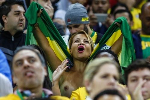 ブラジルセクシーモデル Bianka Cabral(ビアンカ・カブラル) ワールドカップ予選スタンド トップレス画像 2