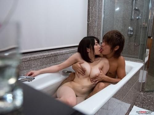日本の巨乳美女と一緒に風呂に入って撮影したヌード画像 10