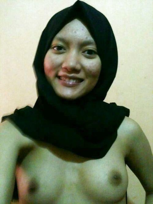 ビジャブを被ったアラビアン素人美女の自分撮りヌード画像 2
