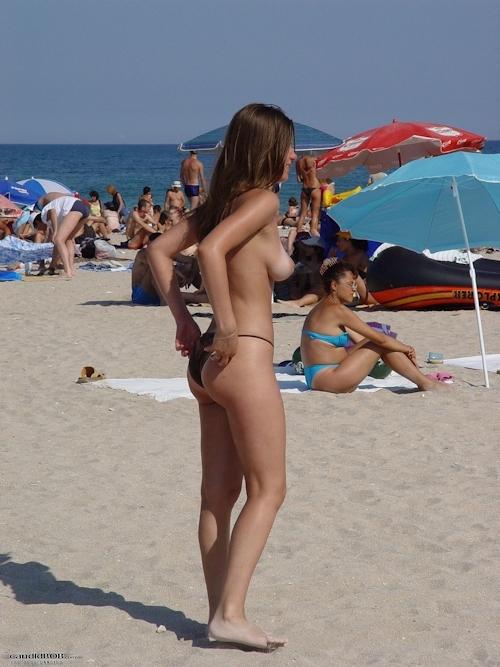 ビーチバレー大会にノーブラタンクトップで参加して乳首見えちゃってた美女チームのセクシー画像 13