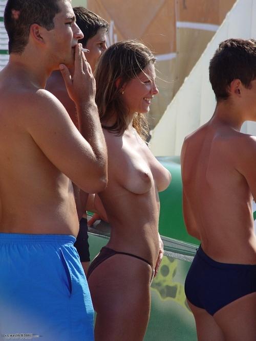 ビーチバレー大会にノーブラタンクトップで参加して乳首見えちゃってた美女チームのセクシー画像 16