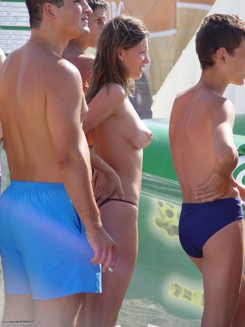 ビーチバレー大会にノーブラタンクトップで参加して乳首見えちゃってた美女チームのセクシー画像 17